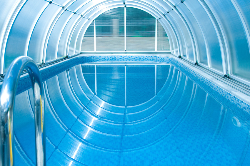 piscine couverte bleue