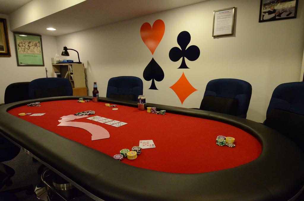 quelques conseils pour fabriquer sa propre table de poker. Black Bedroom Furniture Sets. Home Design Ideas